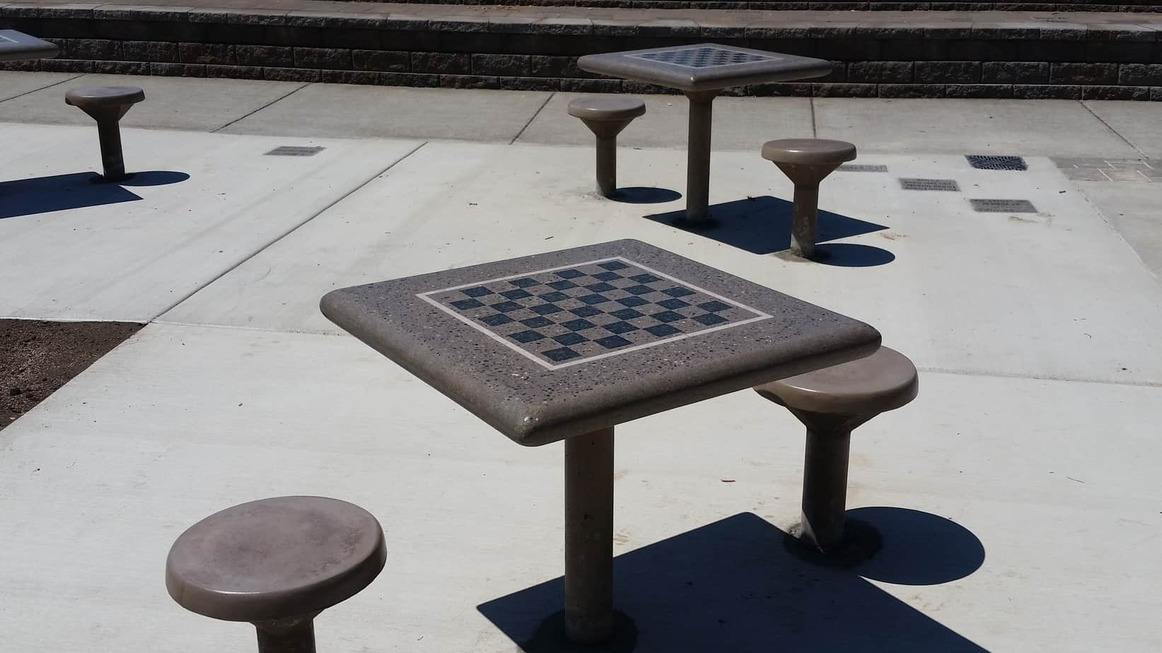 Incroyable 2 Direct Burrial Concrete Chess Tables In A Public Park In Oregon